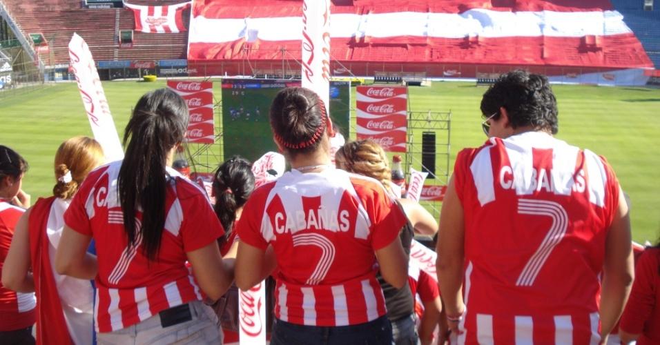 Paraguai x Espanha no telão do estádio Defensores del Chaco: torcedores homenageiam Cabañas
