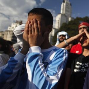 Torcedores argentinos lamentam em Buenos Aires a derrota por 4 a 0 na partida contra a Alemanha