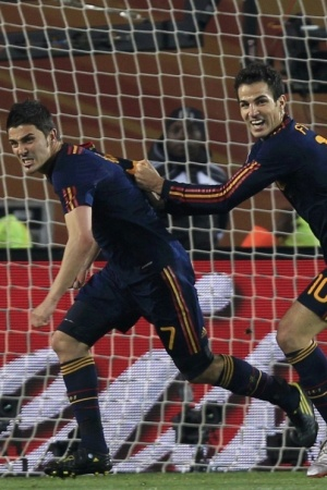 Villa (c) parte para a comemoração ao marcar o gol da vitória da Espanha sobre o Paraguai