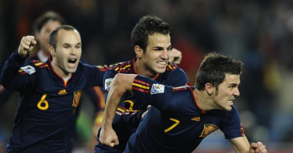 Villa (d) parte para a comemoração ao abrir o placar para a Espanha contra o Paraguai
