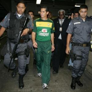 Jorginho saiu escoltado no desembarque do Brasil
