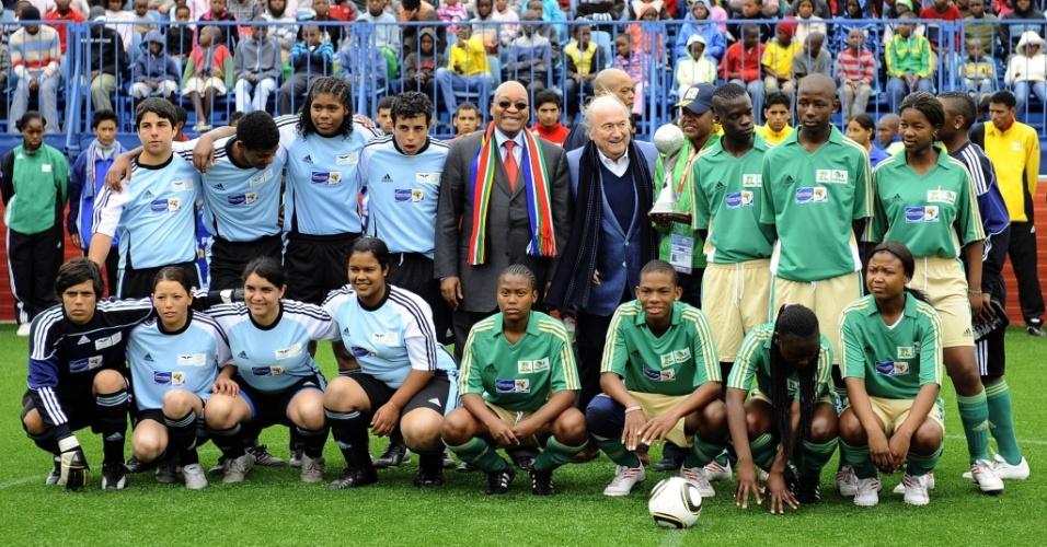 O presidente da África do Sul, Jacob Zuma, e o presidente da FIFA, Joseph Blatter, na partida inaugural do Football for Hope