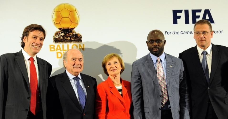 O diretor do diário esportivo L'Equipe e do Futebol Francês, François Morinieres, o presidente da Fifa, Joseph Blatter, a presidente do Amaury Group, Marie-Odile Amaury, o legendário jogador africano George Weah e o secretário-geral da Fifa, Jerome Valcke