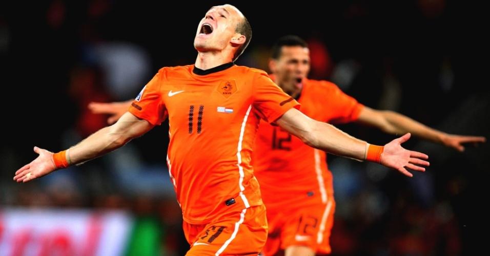 Robben corre para comemorar o terceiro gol da Holanda sobre o o Uruguai