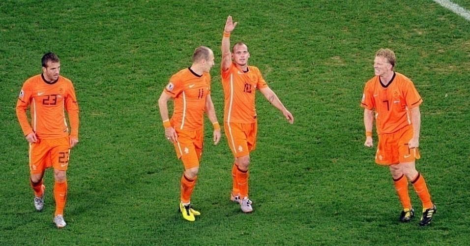 Sneijder e Robben comemoram gol da Holanda contra o Uruguai