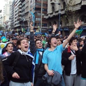 Uruguaios celebram gol de Forlán em Montevidéu; campanha na Copa mobilizou população