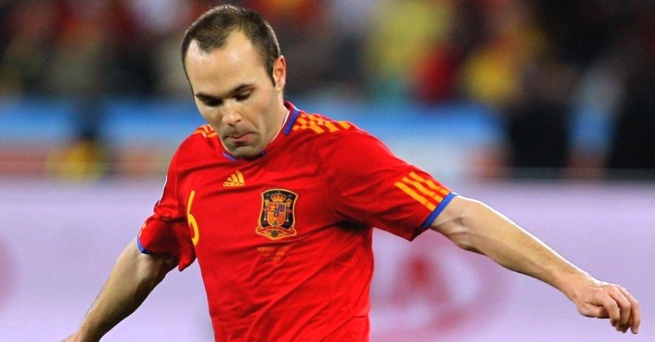 Iniesta controla a bola na partida entre Espanha e Alemanha