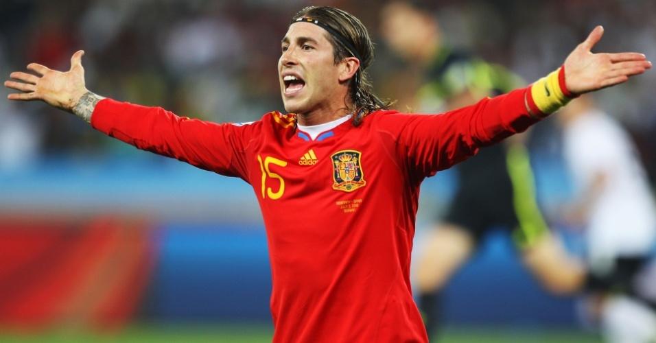 O espanhol Sergio Ramos reclama na semifinal contra a Alemanha