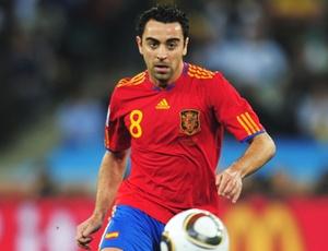 Campeão do Mundo com a Espanha, meio-campo Xavi elogiou a contratação do brasileiro Adriano. O espanhol elogiou especialmente a polivalência do lateral.