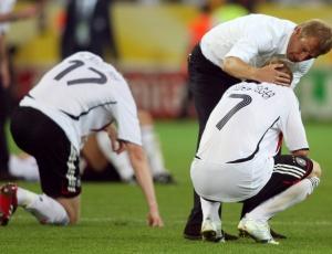 Schweinsteiger lamenta eliminação para Itália nas semis da Copa de 2006 com o técnico Klinsmann