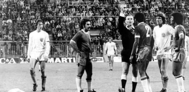 Luís Pereira é expulso por falta em Neeskens; Holanda bateu o Brasil, que acabou eliminado da Copa de 74