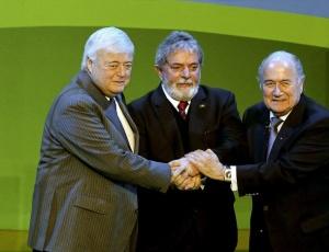 Lula ao lado de Ricardo Teixeira e Joseph Blatter; ex-presidente poderia ser solução para a Fifa