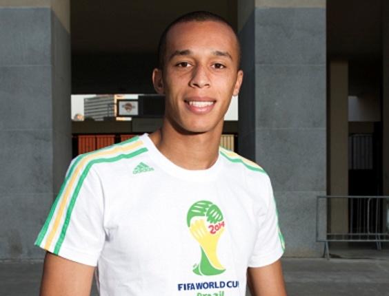 Miranda usa camisa com a logomarca da Copa de 2014