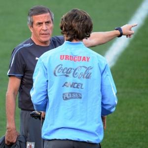Técnico Oscar Tabárez (e) conversa com capitão Diego Lugano durante o treino do Uruguai