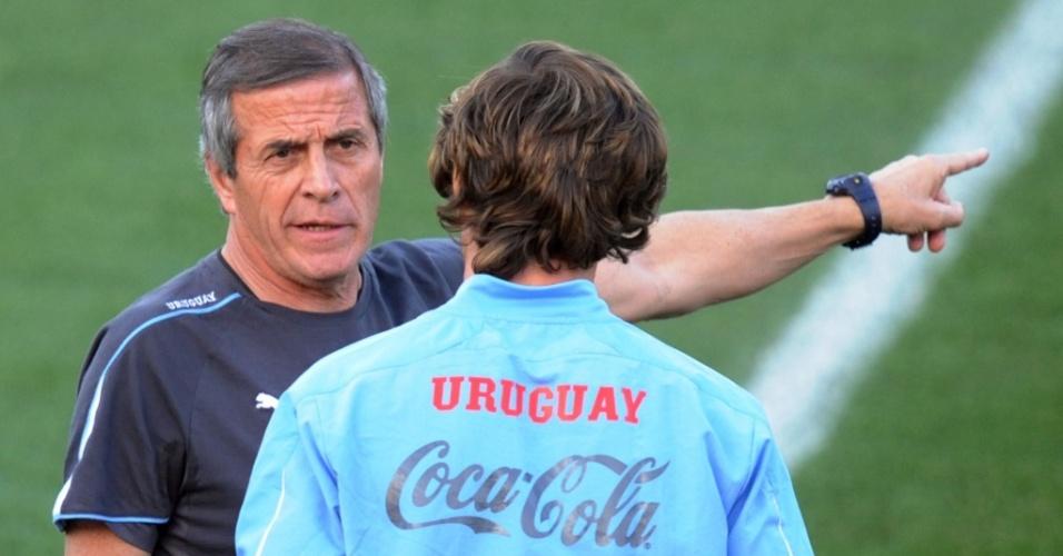 Oscar Tabárez (e) conversa com Diego Lugano durante o treino do Uruguai
