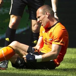 Robben leva a mão à coxa após sentir lesão durante partida amistosa entre Holanda e Hungria