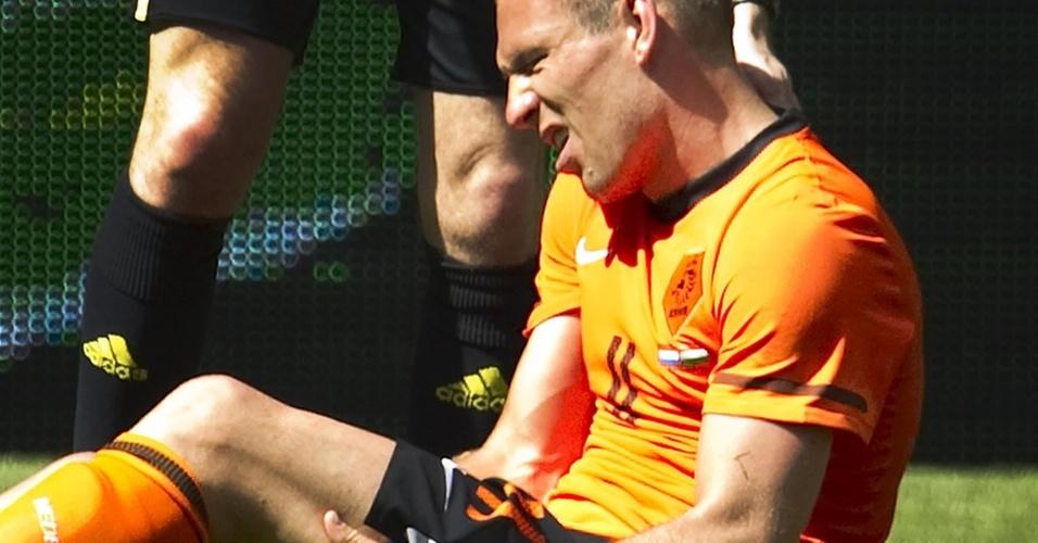 Robben leva a mão à coxa após sentir lesão durante partida amistosa entre Holanda e Hungria, a uma semana da Copa