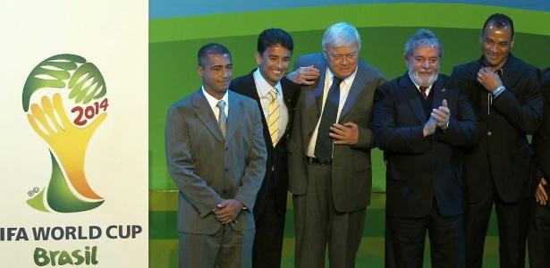 Romário com Ricardo Teixeira na cerimônia de divulgação do logo da Copa 2014