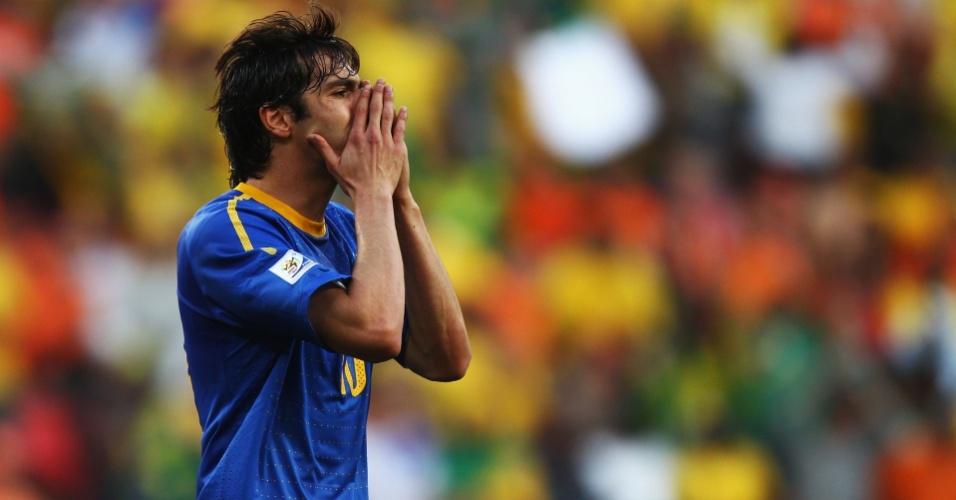 Kaká lamenta na derrota do Brasil para a Holanda pelas quartas de final da Copa do Mundo