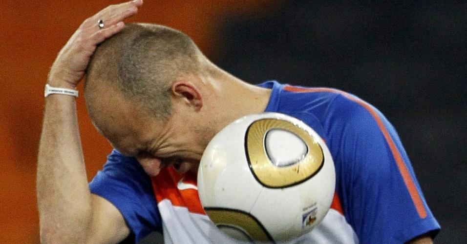 Robben brinca com a bola no treino da Holanda na véspera da final da Copa