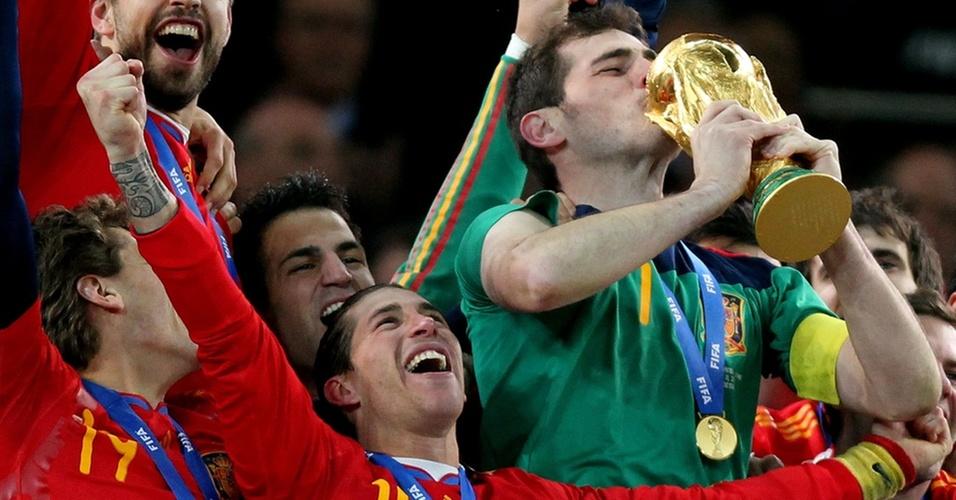 Casillas beija a taça da conquista inédita da Copa do Mundo