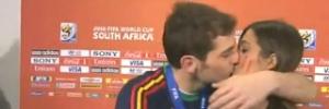 Casillas beija namorada repórter na boca diante das câmeras; assista