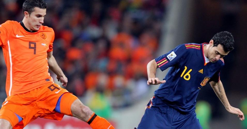 Espanhol Busquets faz o domínio, e o holandês Van Persie tenta desarmá-lo