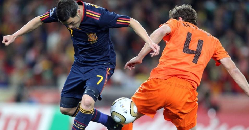 Espanhol David Villa é travado pelo holandês Mathijsen em lance da final da Copa