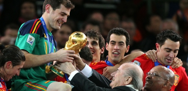Joseph Blatter entregou a taça de campeão mundial para Casillas no título da Espanha em 2010
