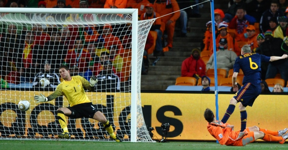 Iniesta chuta cruzado e marca o gol da vitória da Espanha sobre a Holanda na final da Copa