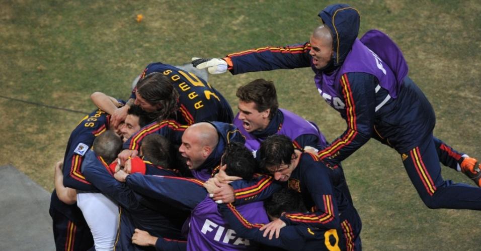 Jogadores espanhóis fazem montinho sobre Iniesta, autor do gol da vitória sobre a Holanda na final da Copa