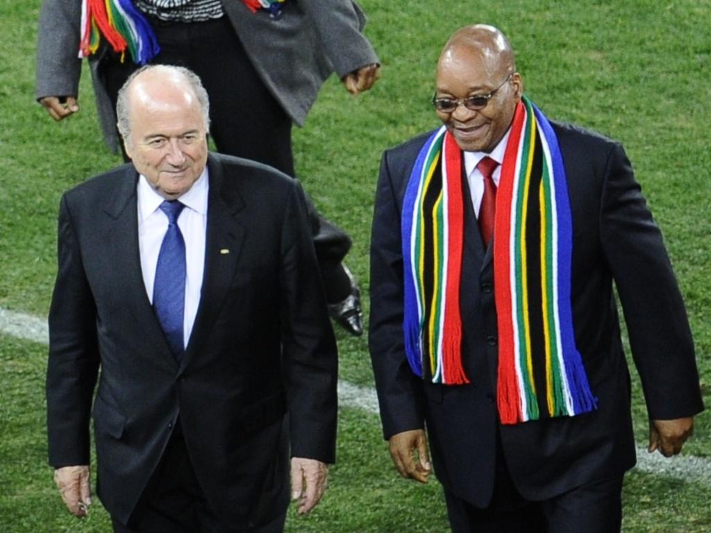 Joseph Blatter, presidente da Fifa, e Jacob Zuma, presidente da África do Sul, deixam o gramado do Soccer City após cumprimentarem os jogadores de Holanda e Espanha