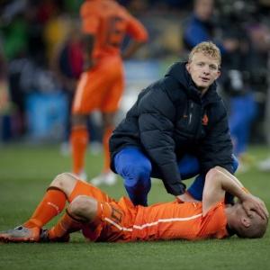Kuyt tenta consolar Sneijder depois da derrota da Holanda para a Espanha na final do Mundial-2010