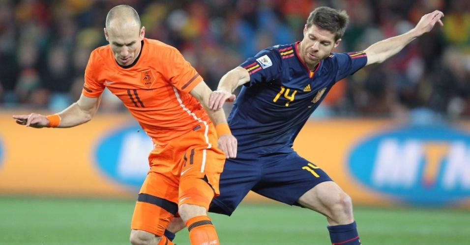 Robben tenta escapar do desarme de Xabi Alonso em lance da final da Copa