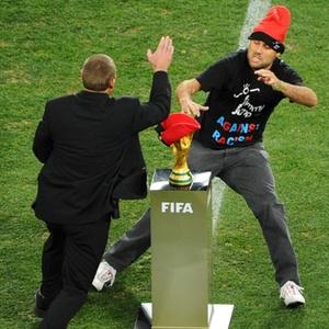 Segurança impede o invasor Jimmy Jump de tocar na taça Fifa minutos antes da final do Mundial