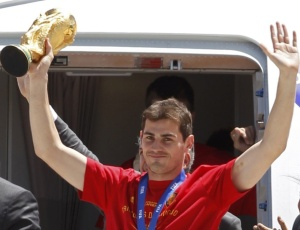 Goleiro e capitão da seleção espanhola, Iker Casillas desembarca com a Taça Fifa após o título