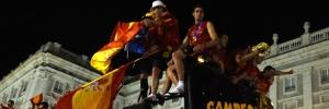 Espanha campeã: Multidão faz festa para a Espanha no desembarque da campeã em Madri