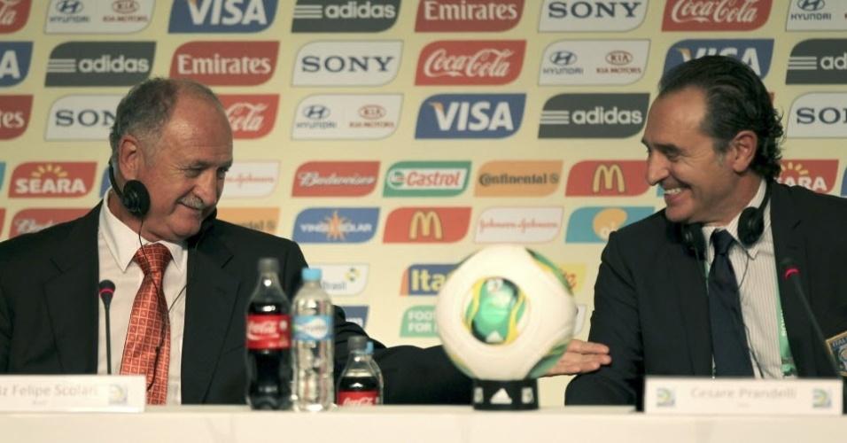 Scolari em momento de descontração com o técnico da Itália Cesare Prandelli em São Paulo