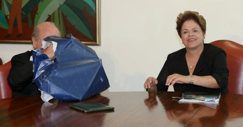 Blatter desembrulha quadro com fotografia que foi presenteado para Dilma Rousseff