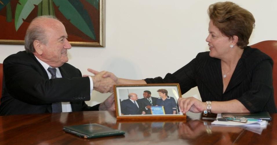 Blatter presenteia Dilma Rousseff com foto da dupla ao lado de Pelé