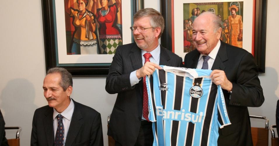 Marco Maia (PT-RS), presidente da Câmara, oferece uma camisa do Grêmio, seu time de coração, ao presidente da Fifa, Joseph Blatter
