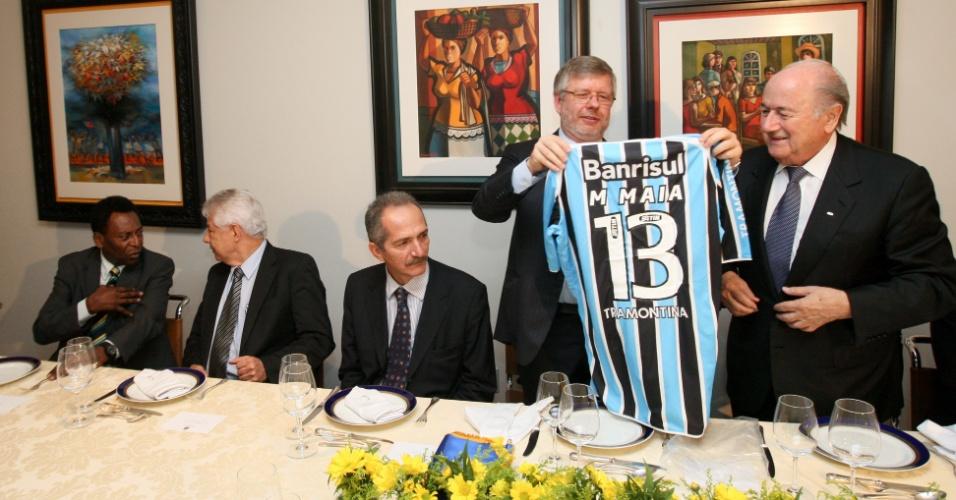 Presente de Marco Maia (PT-RS) a Joseph Blatter, a camisa do Grêmio exibida à imprensa no almoço oferecido ao presidente da Fifa levava o nome do deputado