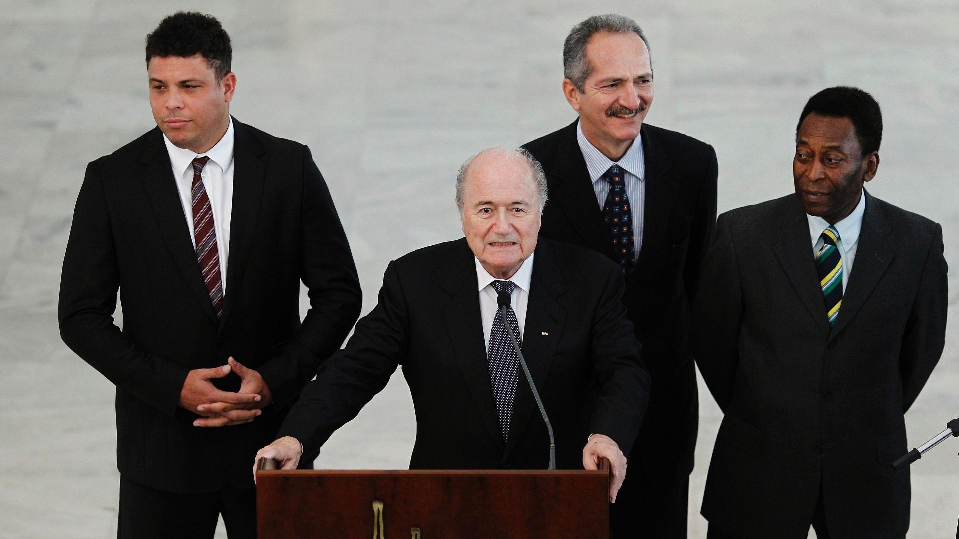 Ronaldo, Aldo Rebelo e Pelé cercam o presidente da Fifa, Joseph Blatter, após a reunião em Brasília